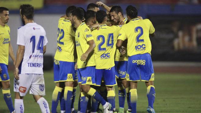 Los jugadores de la UD Las Palmas celebran un gol ante el Tenerife.