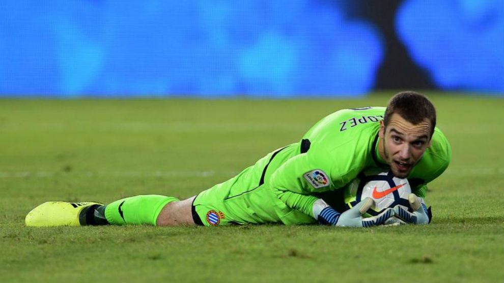 Pau atrapa un balón durante el encuentro contra el Sevilla en el...