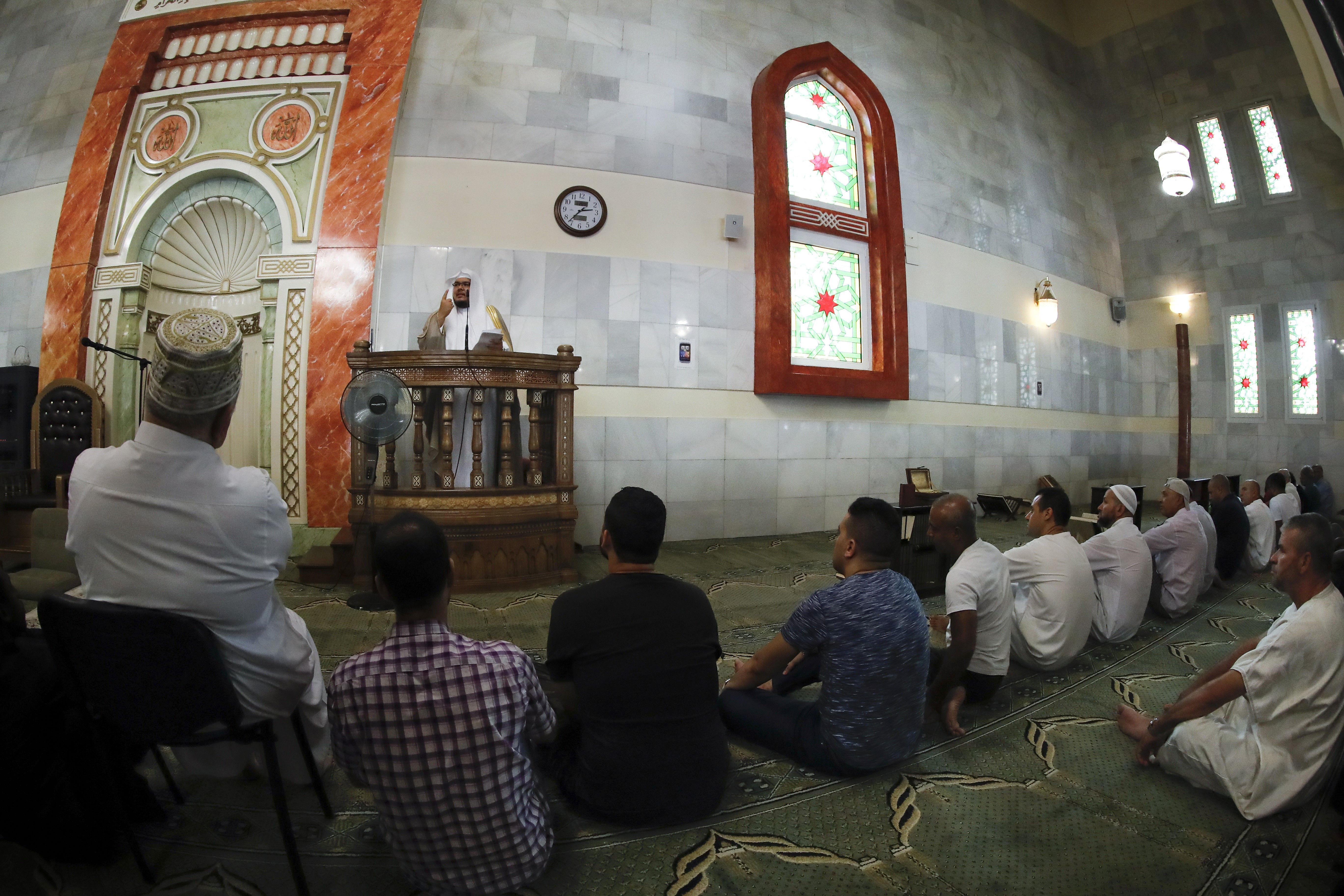 Musulmanes atienden, hoy viernes, en la mezquita del Centro Islámico de Madrid, la más grande de España, al imán Hussam Khoja,