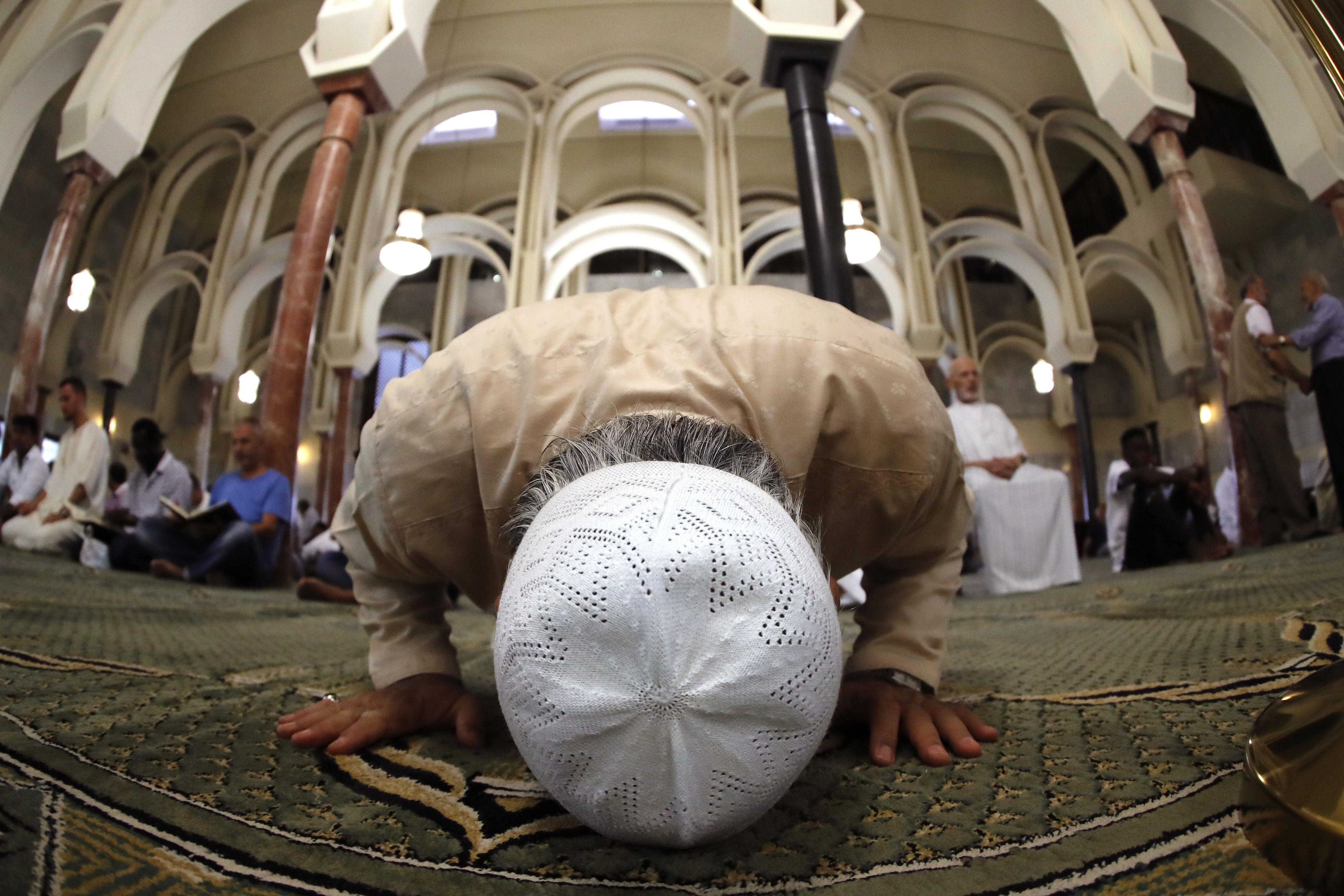 Musulmanes rezan en la mezquita del Centro Islámico de Madrid