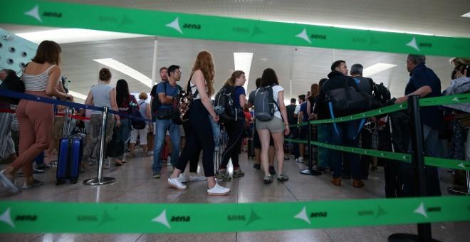 Largas colas de pasajeros en los controles de seguridad del aeropuerto de Barcelona-El Prat, en la primera jornada de paros de los trabajadores de Eulen, encargada de este servicio. REUTERS/Albert Gea