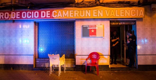 Agentes de la Policía Local de Valencia entran al local del centro cultural camerunés después de detener a Nfina Ondo.- EVA MÁÑEZ