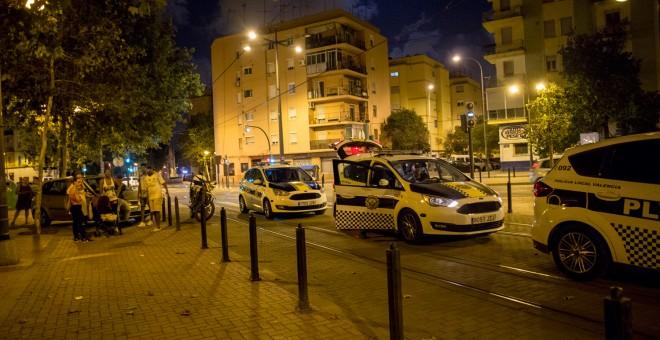 Una decenas de unidades de la Policía local valenciana acudió al local en el que fue detenida la mujer.- EVA MÁÑEZ