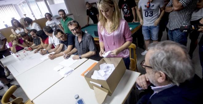 Los miembros del comité de huelga de Eulen realizan el recuento de votos tras la asamblea en la que se ha decidido mantener la convocatoria de huelga indefinida de 24 horas en los controles de seguridad del aeropuerto de Barcelona. EFE/Quique García