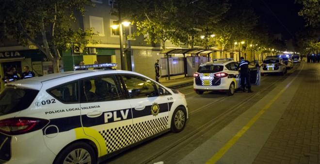 Una decenas de unidades de la Policía local valenciana junto al local del centro cultural camerunés. EVA MÁÑEZ