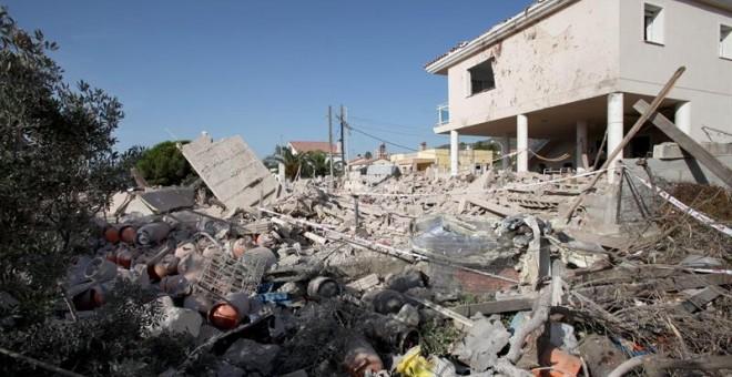 Estado en el que quedó en chalet de Alcanar (Tarragona) tras la explosión del miércoles. Entre los escombros se aprecian las bombonas de gas que, al parecer, iban a ser utilizadas en un atentado por los yihadistas. EFE/ Jaume Sellart
