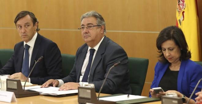 El ministro del Interior, Juan Ignacio Zoido (c), junto al portavoz del PP, Rafael Hernando (i), y la portavoz del PSOE, Margarita Robles (d), en la reunión del pacto antiyihadista. EFE/Chema Moya