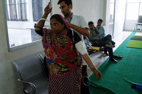 Con apenas 50 euros, estas prótesis de bajo costo son una alternativa para miles en India. (AFP)