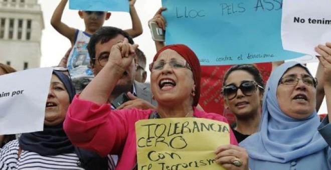 Manifestantes musulmanes en contra del terrorismo en Barcelona / EFE