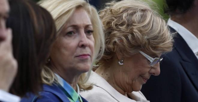 La delegada del Gobierno en Madrid, Concepción Dancausa, y la alcaldesa de la capital, Manuela Carmena, en los actos del 12 de octubre de 2015. EFE