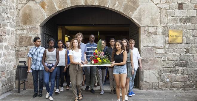 Ofrena floral cap a la Rambla després de l'acte multirreligiós d'homenatge als atemptats de Catalunya. FOTO: Xavi Herrero