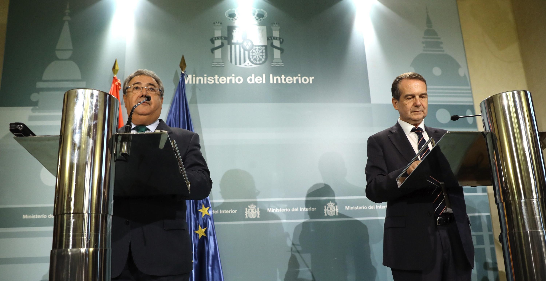 El ministro del Interior, Juan Ignacio Zoido (i), y el presidente de la Federación Española de Municipios y Provincias (FEMP), Abel Caballero (d), durante la rueda de prensa posterior a la reunión que han mantenido en la sede del Ministerio en Madrid para