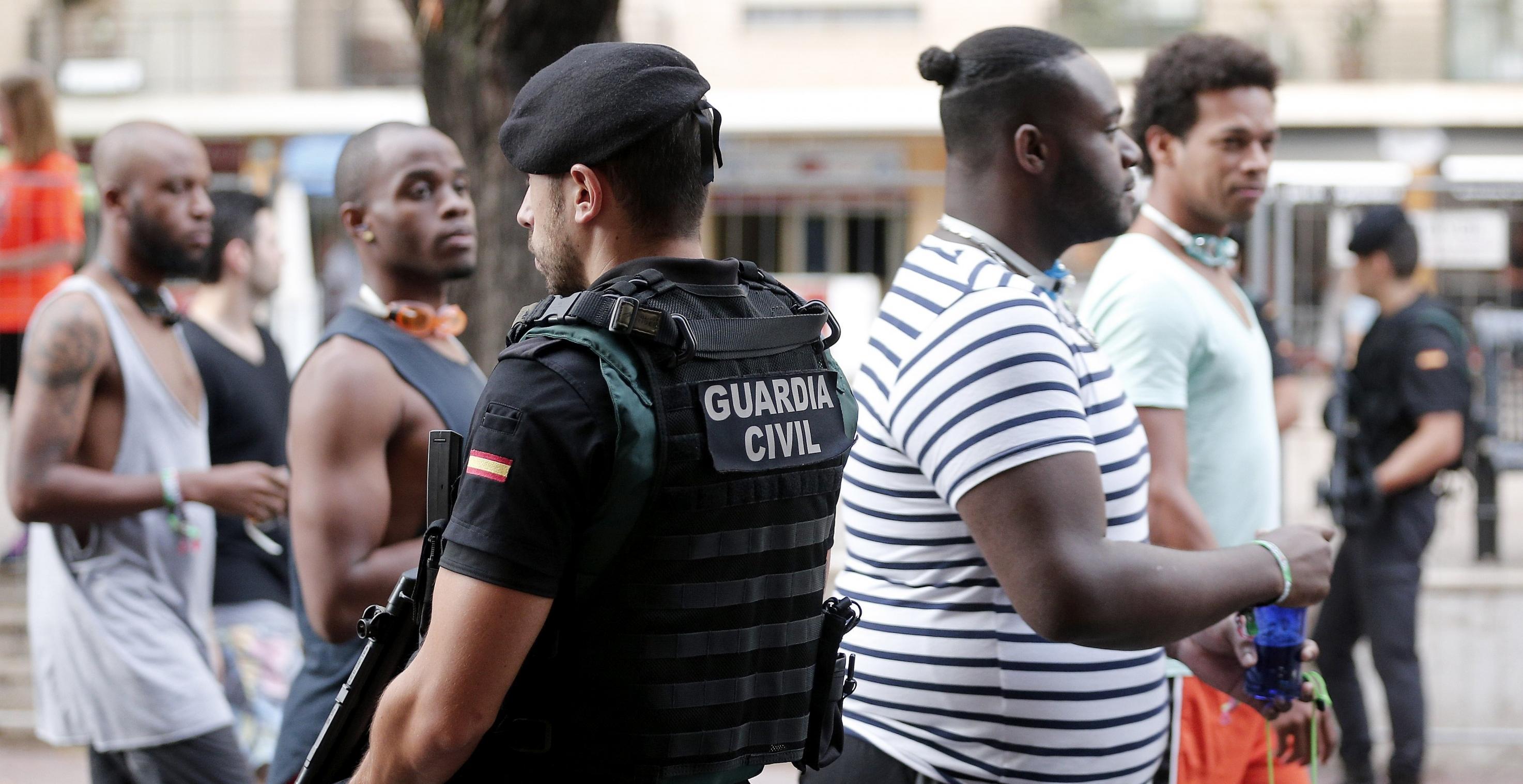 Miembros de la Guadia Civil durante los controles que se han realizado a la entrada de la Tomatina de Bunyol, donde han particpado 22.000 personas. EFE/ Miguel Angel Polo