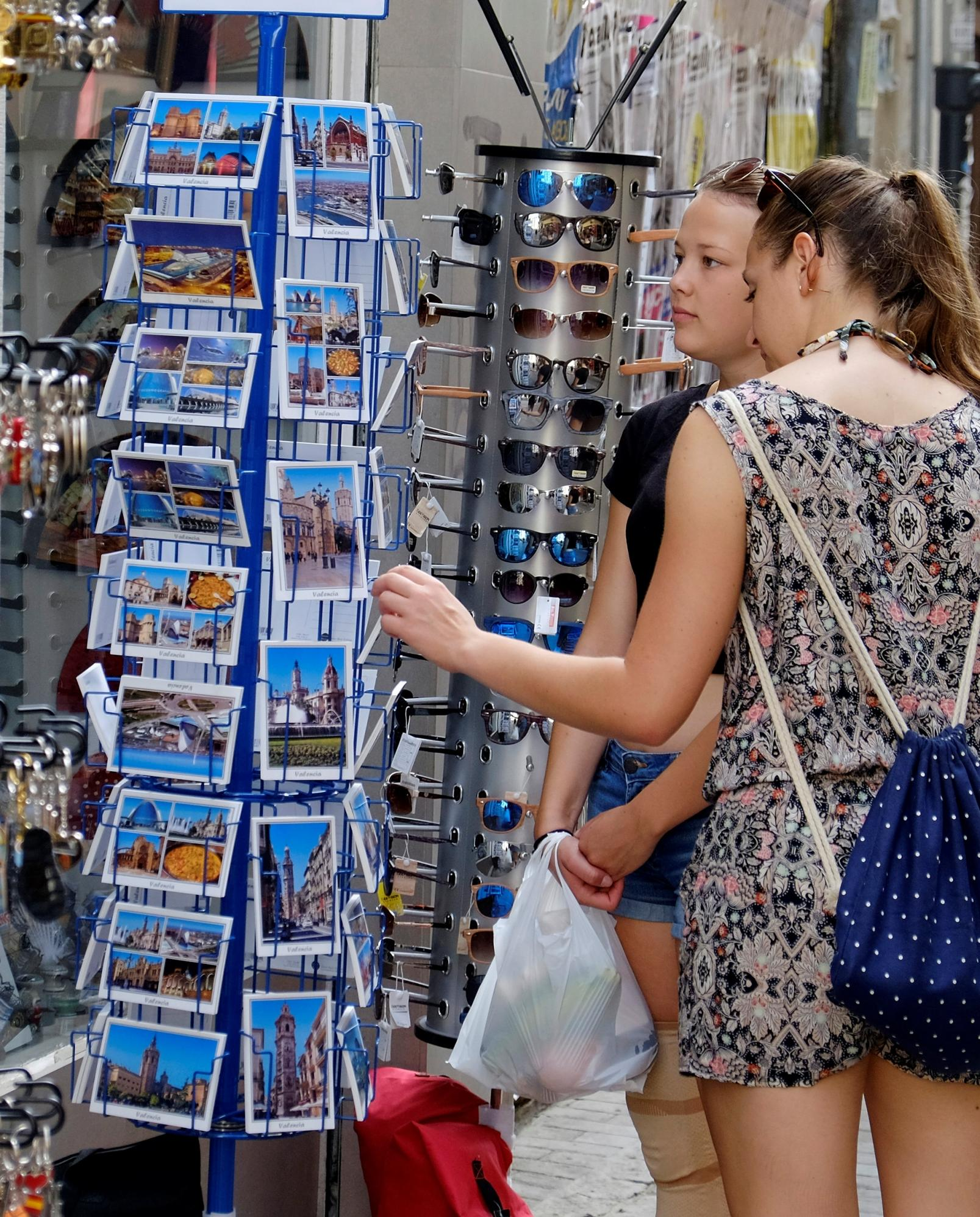 Un par de turistas ojean unas postales en una tienda de recuerdos en el centro de Valencia. REUTERS/Heino Kalis