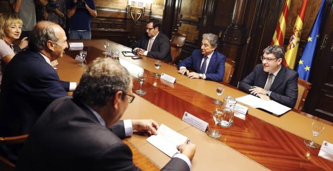 El ministro de Energía, Turismo y Agenda Digital, Álvaro Nadal, durante la reunión que ha mantenido con representantes del sector turístico de Catalunya para analizar la situación tras los atentados terroristas de Barcelona y Cambrils (Tarragona). EFE