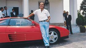 Año 1991. Carlos Menem posa con la Ferrari que le obsequió un empresario italiano cuando era presidente