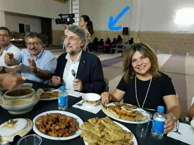 En la imagen, el director general de Asuntos Religiosos de la Generalitat, Enric Vendrell y Montse Arroyo concejala para la Igualdad, durante una cena de ramadán en el interior de la nueva mezquita de Vilafranca del Penedès (Barcelona). Detrás de ellos, las mujeres.
