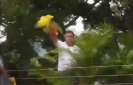 Leopoldo López saluda a sus simpatizantes desde la valla de su casa