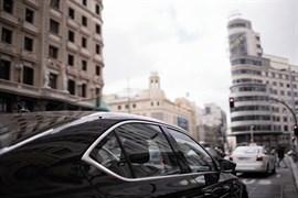 El Ayuntamiento pide a la CNMC que determine si la oferta de Uber al aeropuerto implica competencia desleal