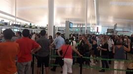 Las colas en el aeropuerto de Barcelona crecen hasta la hora y media