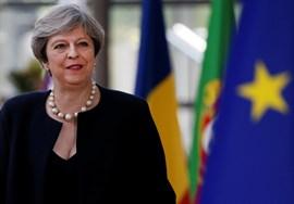 May promete financiar los programas de la UE en Irlanda del Norte para garantizar la paz