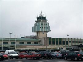 UGT suspende la huelga de seguridad en el aeropuerto de Santiago tras el atentado en Barcelona