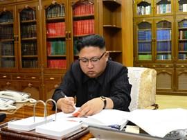 Kim Jong Un ordena producir más motores de cohetes de combustible sólido y ojivas