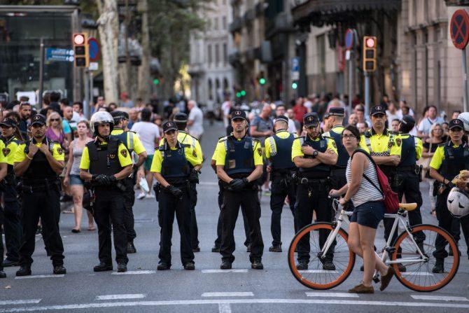 Agentes de policía desplegados en las Ramblas de Barcelona el 18 de agosto de 2017, cerca del lugar en que la víspera se perpetró un ataque terrorista. (Foto: Carl Court/Getty Images).