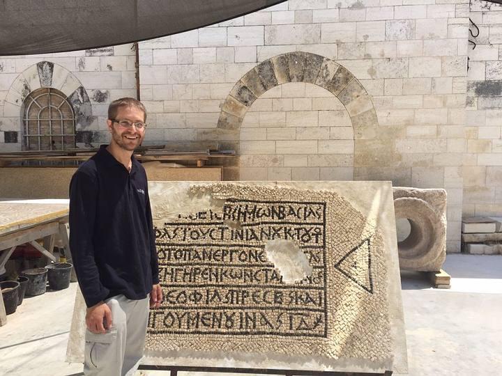 El director de la excavación David Gellman junto al mosaico encontrado.