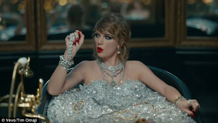 Taylor Swift se burla del robo a Kim Kardashian en su nuevo videoclip