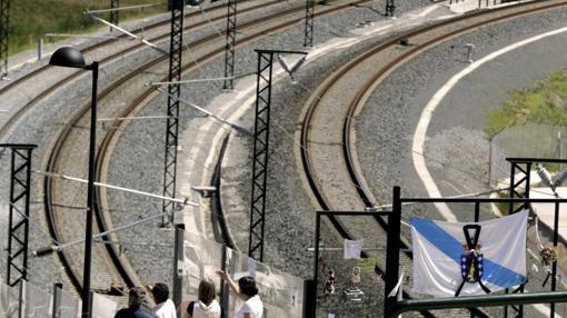 Varios curiosos observan el lugar del accidente del tren Alvia en Santiago de Compostela