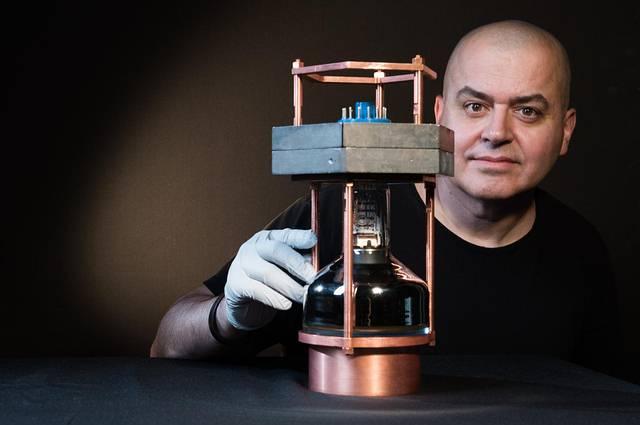 El detector utilizado es tan grande como una tostadora. El pequeño tamaño del aparato promete abaratar y acelerar la investigación en el campo.