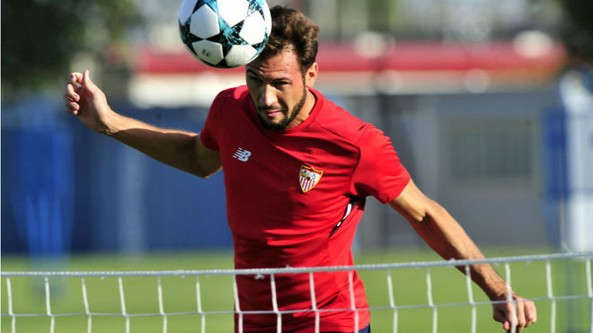 Franco Vázquez cabecea el balón de la Champions.