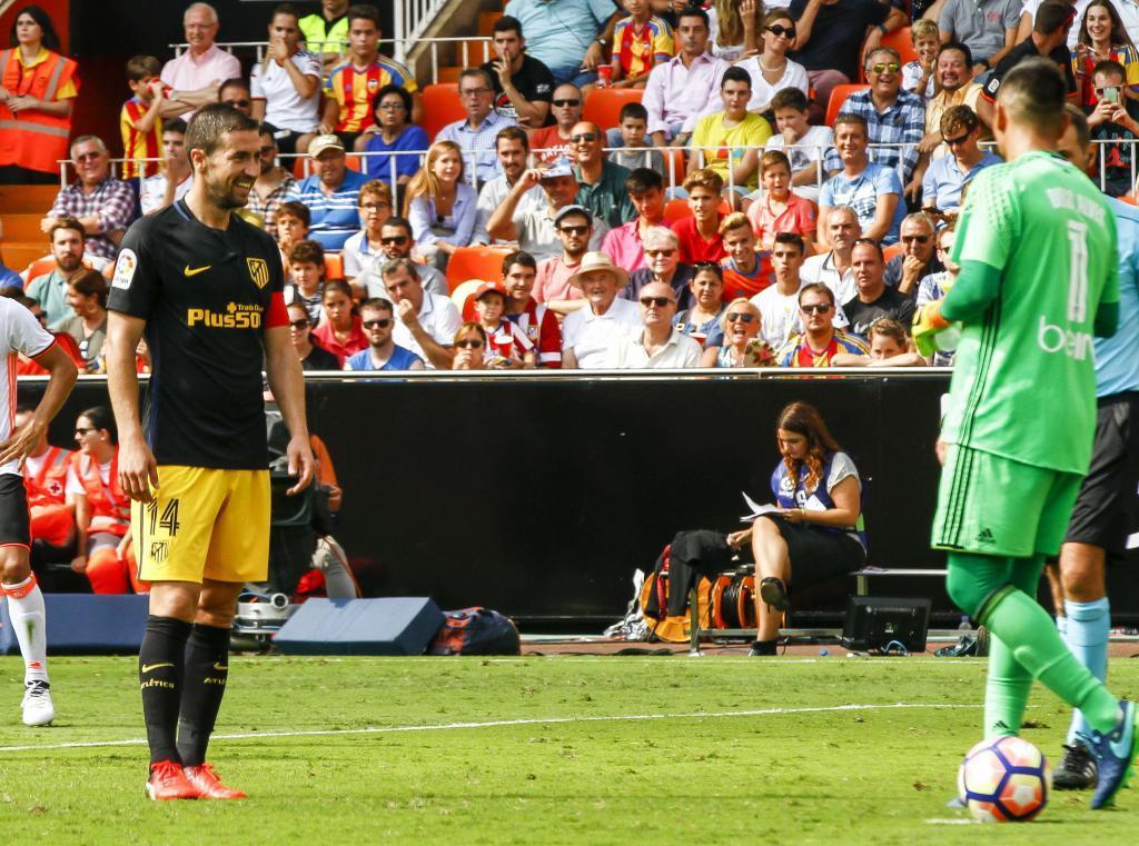 Gabi habla con Diego Alves antes de lanzar un penalti