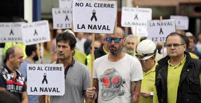 Trabajadores del astillero de La Naval, en Sestao (Bizkaia), escuchan la lectura del comunicado donde han exigido a los Gobiernos español y vasco y a la SEPI la creación de una mesa de negociación para 'la búsqueda de una solución de estabilidad y futuro