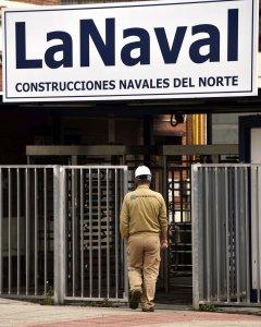 Un trabajador entra en las instalaciones del astillero La Naval de Sestao. EFE/Miguel Toña
