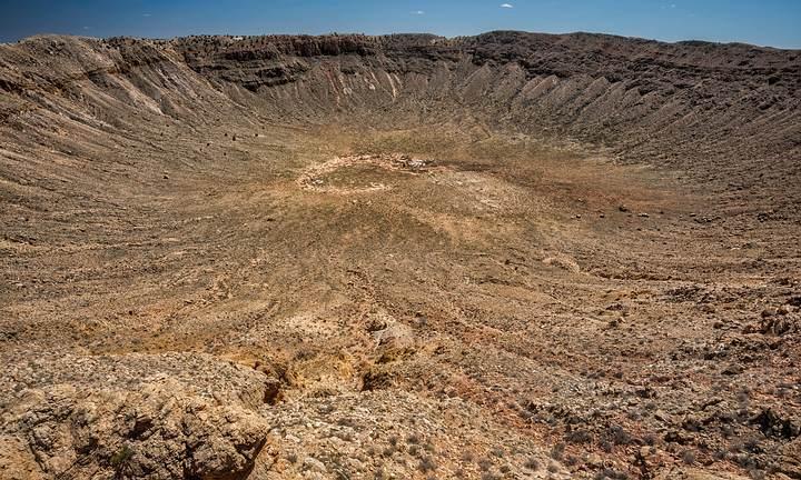 El cráter Barringer es el resultado del impacto, hace unos 50.000 años, del llamado meteorito Canyon Diablo. Se localiza a 55 km al este de la ciudad de Flagstaff, en el norte de Arizona, Estados Unidos.