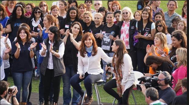 Cristina Kirchner sigue de campaña y esta tarde se mostró en un acto junto a mujeres sindicalistas en el partido bonaerense de Exaltación de la Cruz donde habló de lo que pasó anoche en la Plaza de Mayo que terminó con 30 personas detenidas