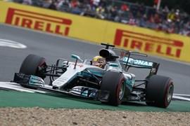 Hamilton firma la pole en Silverstone y se queda a una de Schumacher