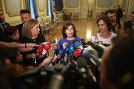 Sáenz de Santamaría insta al PSOE a ir de la mano este mes y