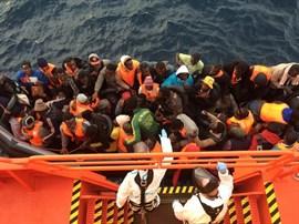 Llegan a Motril (Granada) en buen estado los 36 subsaharianos, siete de ellos mujeres, rescatados de una patera