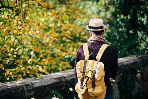 Viajero en otoño