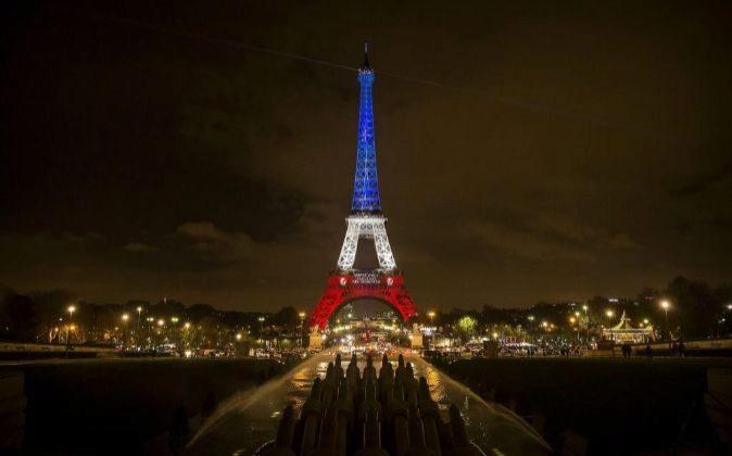 Vista de la torre Eiffel iluminada con los colores de la bandera nacional francesa en París, Francia.EFE
