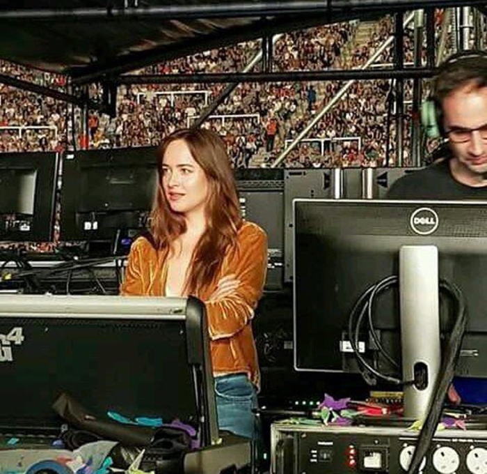 Dakota Johnson Pillada En El Concierto De Coldplay En
