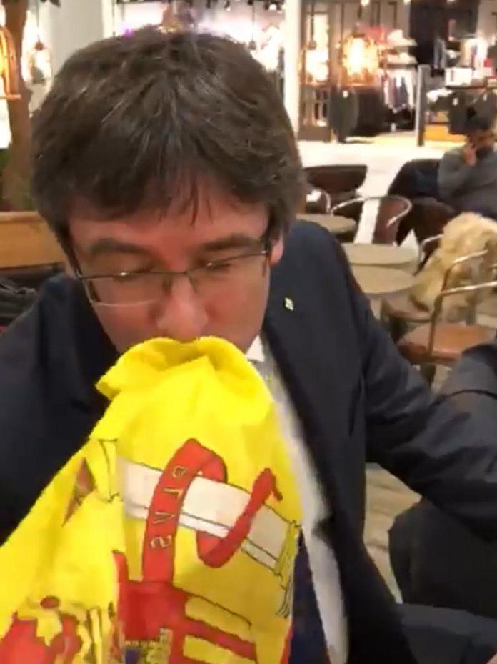 Puigdemont besa la bandera de España