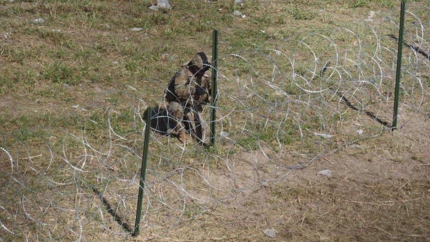Soldados de EU colocan alambre de púas y realizan ejercicios