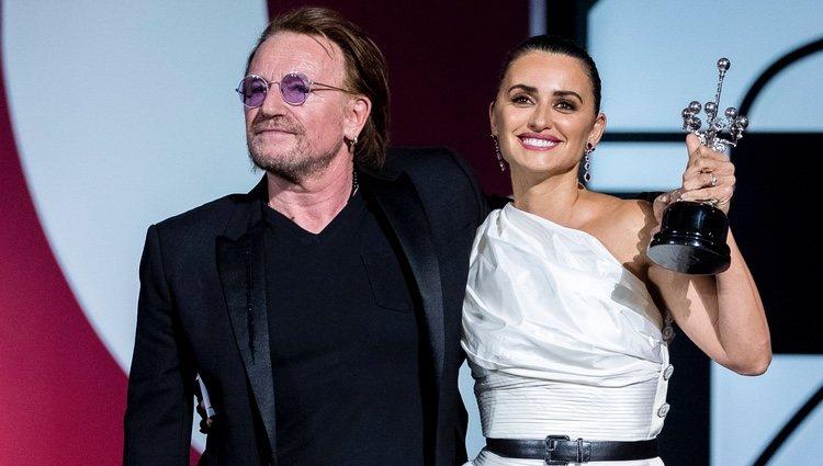 Penélope Cruz recibe con gran emoción el Premio Donostia de la mano de Bono  en el FCSS 2019   Noticiero Universal