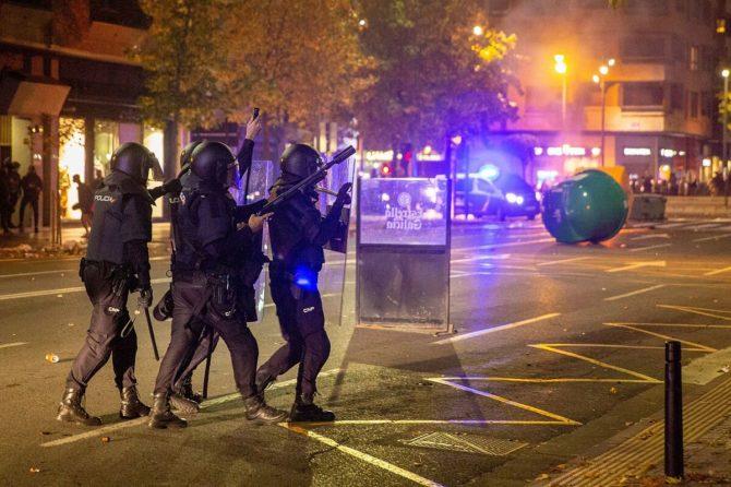 Botellones, agresiones a policías y contenedores quemados: el caos tras el  fin del estado de alarma en España | Noticiero Universal